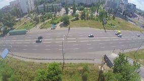Tráfego de cidade da vista aérea na área residencial, carros na rua video estoque