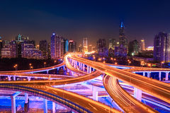 Tráfego de cidade moderno na noite Foto de Stock Royalty Free