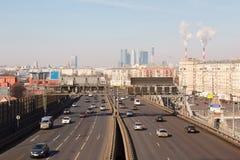Tráfego de estrada no centro de Moscovo Imagens de Stock