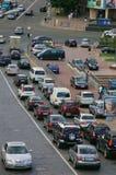 Tráfego de Kyiv - estrada ocupada e estacionamentos Imagens de Stock Royalty Free