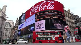 Tráfego de Londres em Piccadilly Circus, turistas que andam, rua de cruzamento dos povos vídeos de arquivo