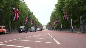 Tráfego de Londres na rua da alameda na baixa, Buckingham Palace, arquitetura da cidade filme