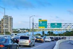 Tráfego de Miami que conduz a Miami Beach Florida imagens de stock royalty free