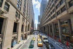 Tráfego de New York ao longo da 42nd rua Imagem de Stock Royalty Free