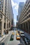 Tráfego de New York ao longo da 42nd rua Fotos de Stock