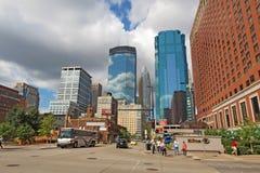 Tráfego de Pedestrain e de carro e uma skyline parcial de Minneapolis, Imagens de Stock