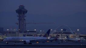 Tráfego de terra dos aviões do amanhecer no aeroporto internacional de Los Angeles vídeos de arquivo
