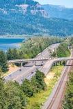 Tráfego de um estado a outro ao longo do lago entre montanhas Fotografia de Stock Royalty Free