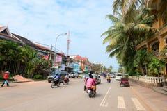 Tráfego de veículo típico de Siem Reap em um dia em parte nebuloso Fotografia de Stock