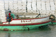 Barco de carga - rio de Irrawaddy - Myanmar imagens de stock royalty free