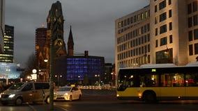 Tráfego do tempo da noite no distrito Charlottenburg de Berlim ao lado do jardim zoológico de Bahnhof filme