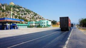 Tráfego do veículo de transporte na estrada Foto de Stock