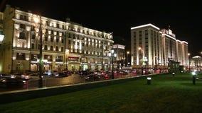 Tráfego dos carros e da construção da duma de estado do conjunto federal da Federação Russa em Moscou (na noite), Rússia filme