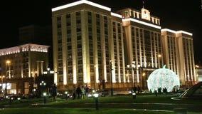 Tráfego dos carros e da construção da duma de estado do conjunto federal da Federação Russa em Moscou (na noite), Rússia vídeos de arquivo