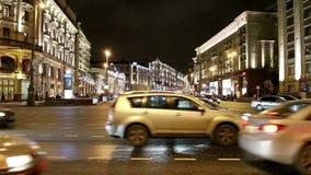 Tráfego dos carros na rua perto do Kremlin, Rússia de Tverskaya do centro da cidade de Moscou filme