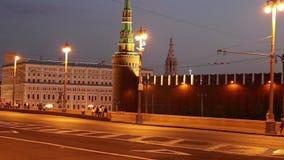 Tráfego dos carros no centro da cidade de Moscou perto do Kremlin na noite, Rússia filme