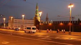 Tráfego dos carros no centro da cidade perto do Kremlin (na noite), Rússia de Moscou video estoque