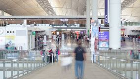 Tráfego dos povos dentro do lapso de tempo de Hong Kong International Airport vídeos de arquivo