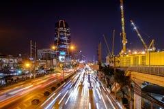 Tráfego e fundo provincial novo da construção da ERVILHA da autoridade da eletricidade no centro da cidade foto de stock royalty free
