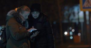 Tráfego e mulheres de cidade da noite com almofada video estoque