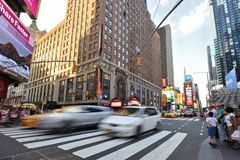 Tráfego e povos na rua em Manhattan, NYC Fotos de Stock Royalty Free