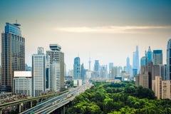 Tráfego e skyline de cidade Fotografia de Stock