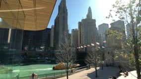 Tráfego e vistas do centro no tempo do dia ensolarado filme