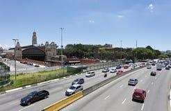 Tráfego em Avenida na cidade de Sao Paulo fotos de stock