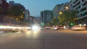 Tráfego em Barcelona como quedas da noite Lapso de tempo Efeito da fuga Exposição longa filme