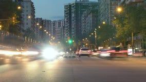 Tráfego em Barcelona como quedas da noite Lapso Hyper Efeito da fuga Exposição longa filme