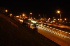 Tráfego em estradas da noite Fotos de Stock Royalty Free