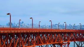Tráfego em golden gate bridge com San Francisco na distância filme