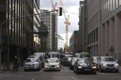 Tráfego entre construções altas Foto de Stock