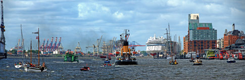 Tráfego marítimo no porto de Hamburgo Imagens de Stock Royalty Free