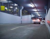 Tráfego na garagem de estacionamento subterrânea imagem de stock royalty free