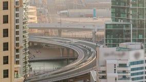 Tráfego na ponte em JBR e no porto de Dubai durante o timelapse aéreo do por do sol video estoque