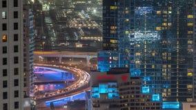 Tráfego na ponte em JBR e no timelapse aéreo da noite do porto de Dubai filme