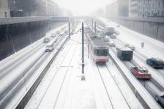 Tráfego nevado do carro e do bonde do centro urbano Fotografia de Stock Royalty Free