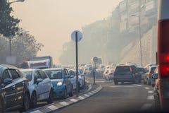 Tráfego obstruído quando o fogo espalhar na cidade de Haifa, Israel imagens de stock