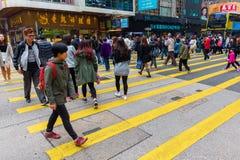 Tráfego ocupado em uma rua da cidade em Hong Kong Foto de Stock Royalty Free