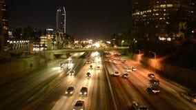 Tráfego ocupado na noite Los Angeles do centro video estoque