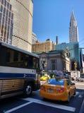 Tráfego perto do terminal de Grand Central, construção na vista, New York City de Chrysler, NYC, NY, EUA Fotos de Stock