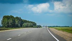 Tráfego próximo com carros, caminhões na estrada asfaltada Imagem de Stock