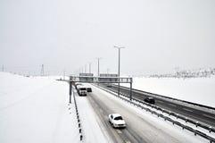 Tráfego próximo em uma tempestade de neve imagens de stock