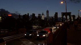 Tráfego que move-se longe de Manhattan do centro na noite vídeos de arquivo