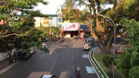 Tráfego que passa perto em Malang, Indonésia filme