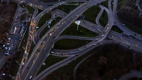 Tráfego rodoviário da noite em Kiev, Ucrânia filme