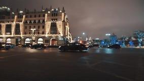 Tráfego rodoviário do carro na estrada transversaa da cidade na noite do inverno filme
