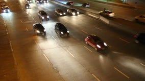 Tráfego rodoviário na noite video estoque
