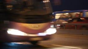 Tráfego rodoviário na noite vídeos de arquivo